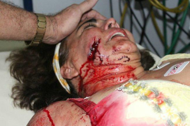 Núbia Dutra recebendo os primeiros socorros no hospital