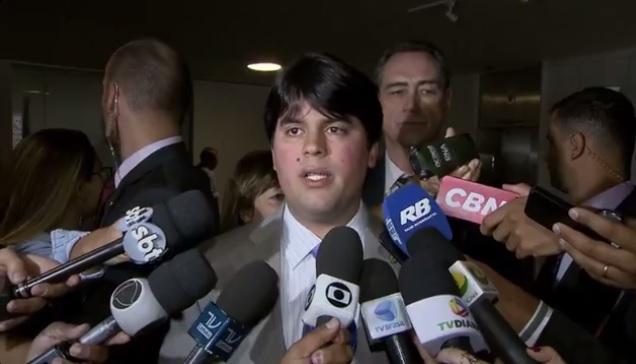 André Fufuca cercado por repórteres em Brasília