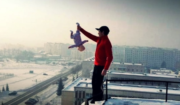 Russo coloca em perigo filha bebê para ganhar destaque na net