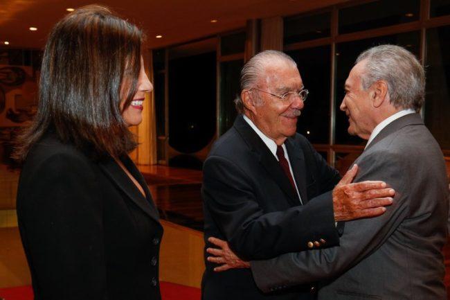 Roseana e o pai José Sarney cumprimentando o presidente Michel Temer