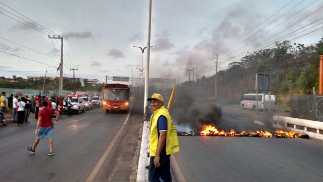 Manifestantes atearam fogo na via e interditaram as duas pistas em São Luís