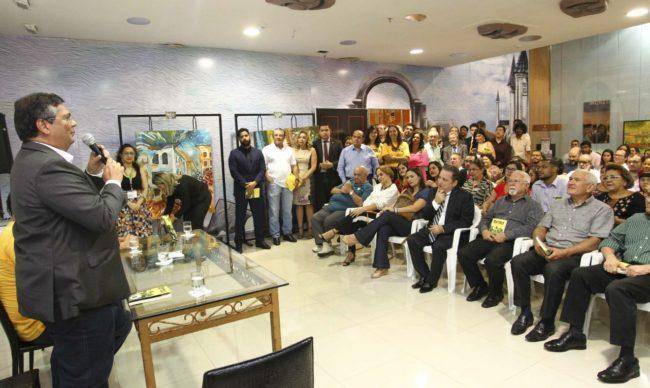 Flávio Dino discursando em lançamento de livro de Ney Bello