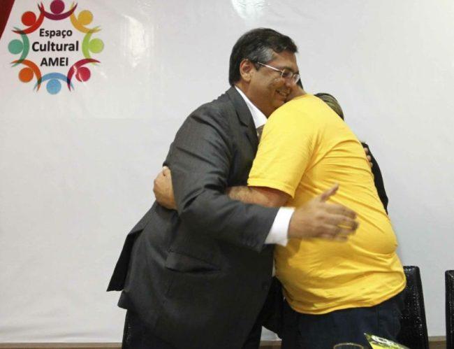 Ney Bello recebendo o carinho do amigo Flávio Dino em lançamento do seu livro