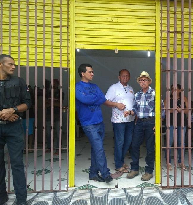 Fernando Furtado (de chapéu) na porta do sindicato revoltado com o resultado da derrota