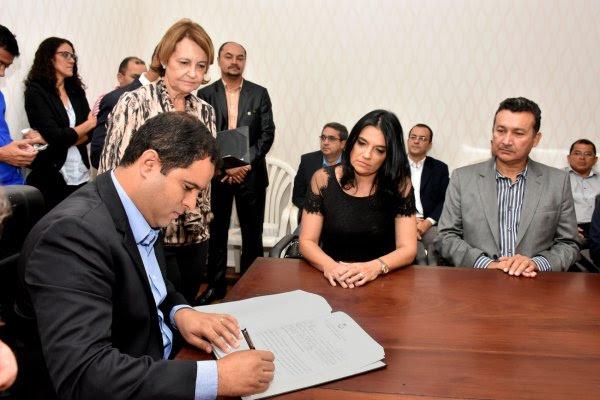 Edivaldo Holanda Júnior dando posse para Maria de Lourdes Maluda Cavalcanti Fialho, acompanhada do marido Fernando Fialho