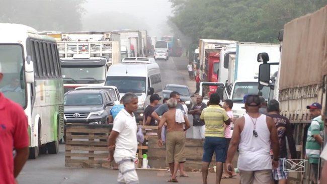 Caminhoneiros realizam protesto na BR-316 em Caxias