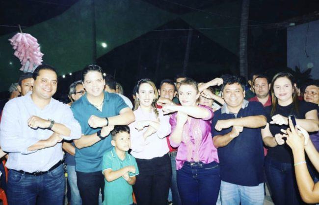 """Autoridades e lideranças fazem o sinal do """"T"""" em apoio à Thaiza Hortegal"""