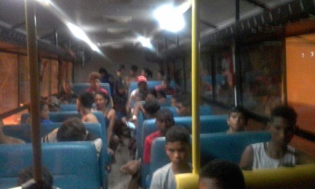 Jovens sendo levados para suas casas no município de Bacabal-MA