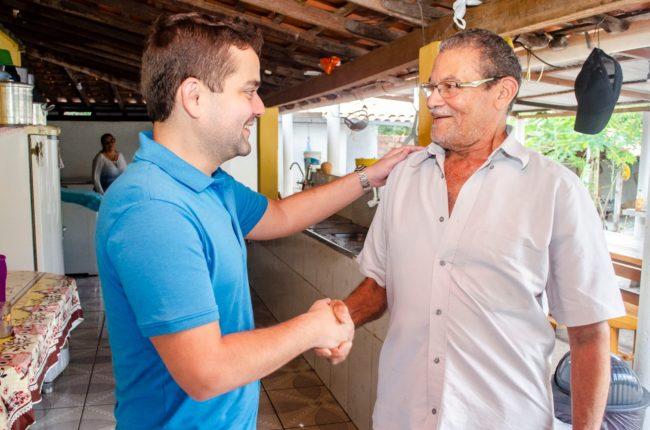 Deputado Ricardo Rios cumprimentando eleitor
