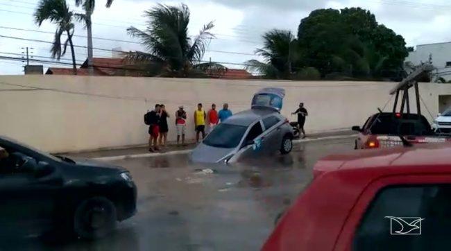Buraco foi engolido por cratera na Rua das Cegonhas no bairro Olho D'Água em São Luís-MA