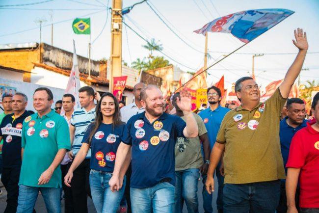 Othelino Neto ao lado da esposa e do governador Flávio Dino em caminhada no Anil, em São Luís-MA