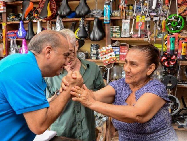 Deputado Fábio Braga recebendo o carinho de uma moradora de Vargem Grande