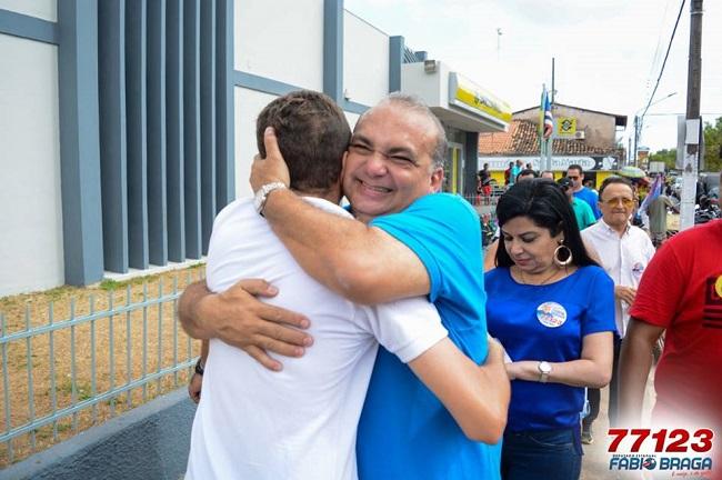 Fábio Braga recebendo o carinho da população em Vargem Grande-MA