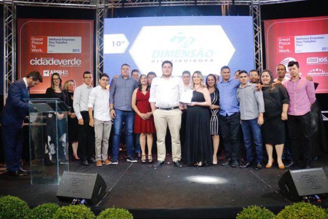 Jadyel Alencar (camisa branca) ao lado da esposa Taciane e a equipe da Dimensão Distribuidora