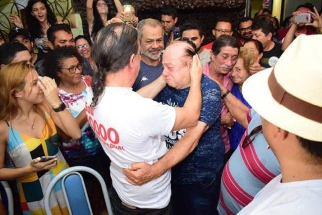 Pai e filho se emocionam com a vitória nas urnas