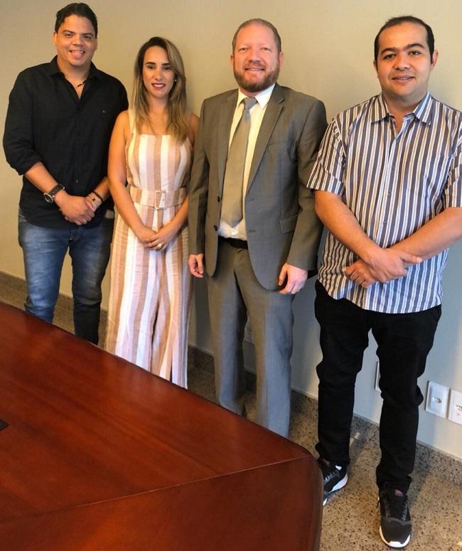 Prefeito Luciano ao lado da esposa Thaiza Hortegal, do presidente Othelino Neto e do deputado eleito Rildo Amaral