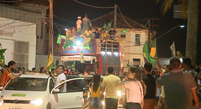 Eleitores pró-Bolsonaro se reuniram na noite deste domingo (28) na Avenida Beira-Mar, em São Luís
