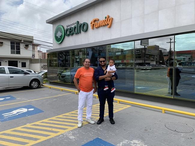 Jonalistas Luis Cardoso e Luís Pablo, segurando seu filho Luís Gustavo