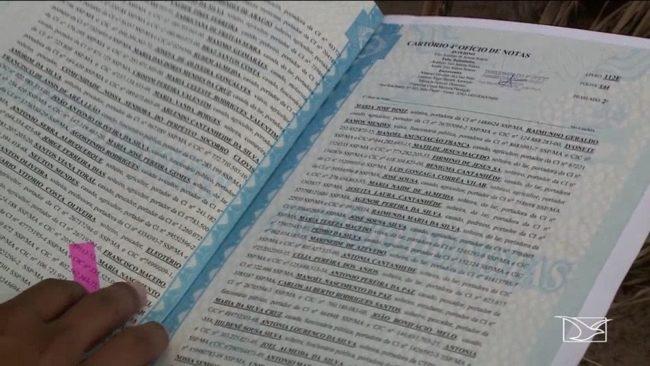 Moradores do Cajueiro mostram documento que alega posse da terra onde que está sendo desapropriada