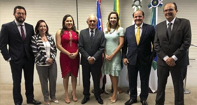 Superintendente Leylane da Silva (de vermelho) com representantes de órgãos da Rede de Controle
