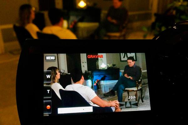 Wesley Safadão e Thyane sendo entrevistados por Roberto Cabrini