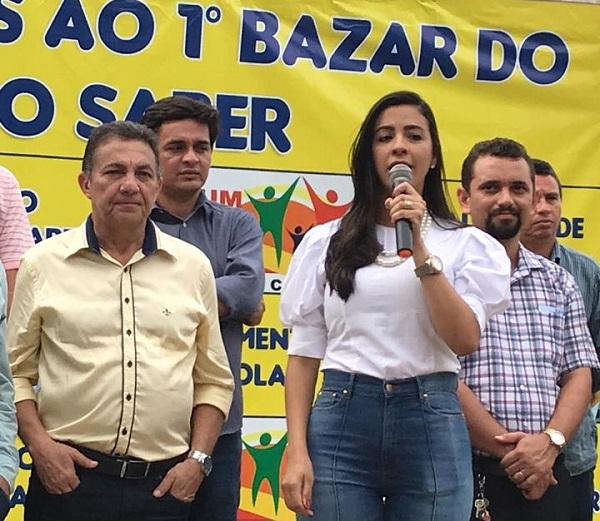 Deputada eleita Daniela discursando ao lado do marido