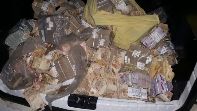 Parte do dinheiro recuperado pela Polícia e que estava nas mãos da população após assalto a banco em Bacabal
