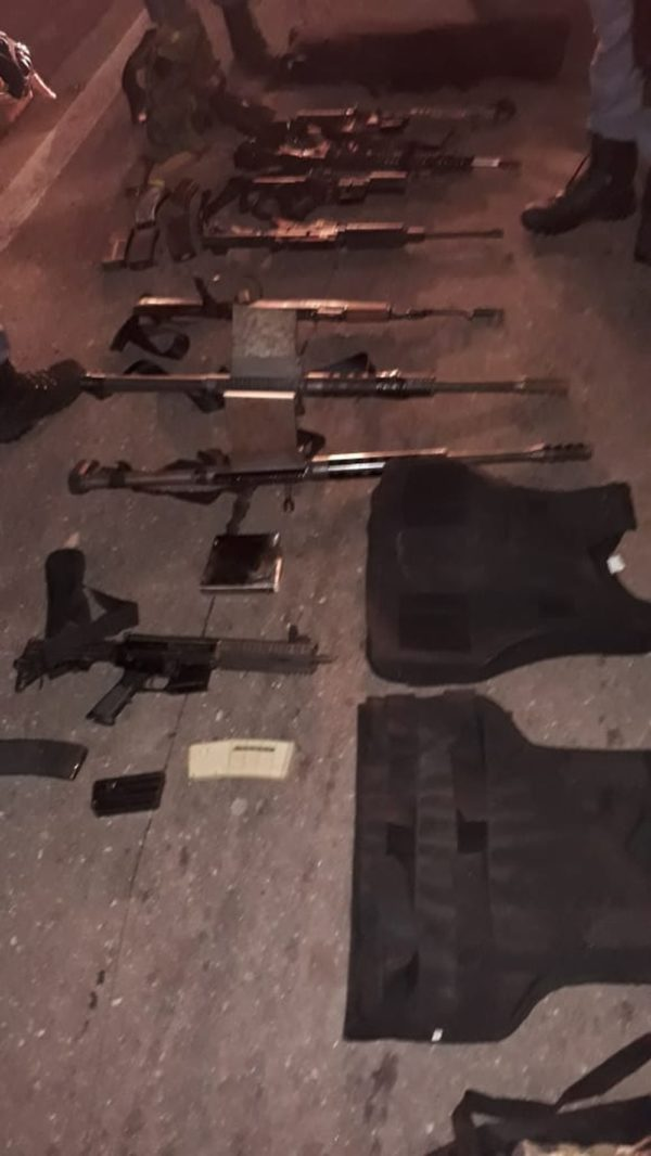 Polícia apreendeu armas e munições que estavam em poder dos bandidos