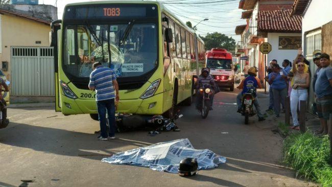 Após o impacto, a motocicleta foi parar embaixo do ônibus envolvido no acidente em São Luís