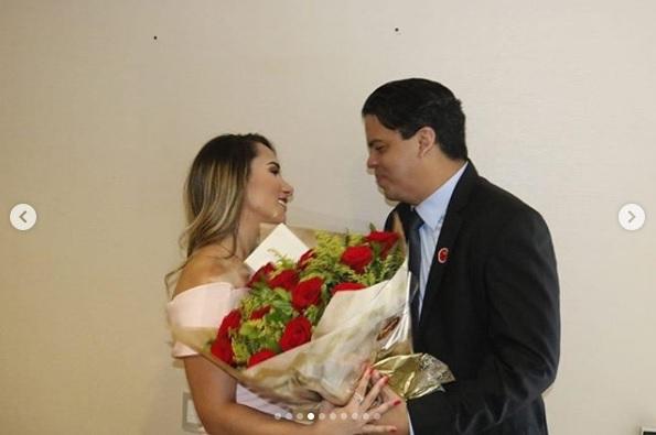 Deputada Thaiza Hortegal recebendo flores do marido-prefeito Luciano Genésio