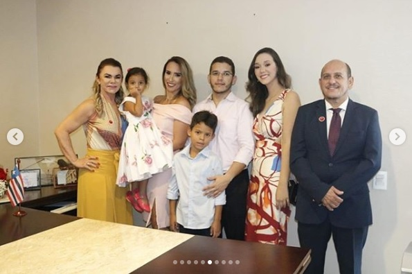 Deputada Thaiza Hortegal recebendo sua família em seu novo gabinete na Assembleia
