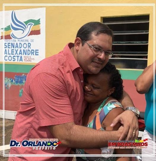 Prefeito Dr. Orlando recebendo o carinho de umá moradora