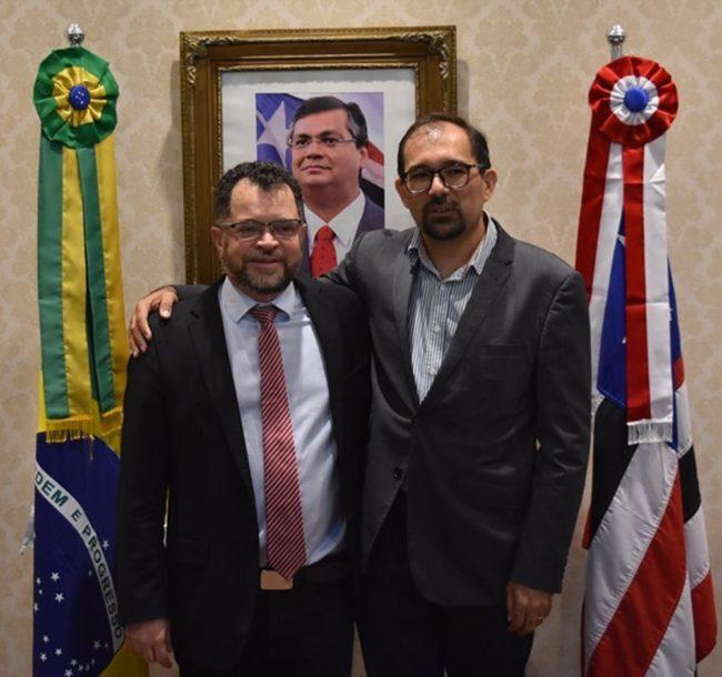 Prof. André Santos (à direita) assume a presidência da FAPEMA no lugar de Alex Oliveira (à esquerda)