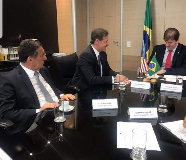Prefeito Tema, deputado Aluísio Mendes e o ministro Gustavo Canuto em reunião em Brasília