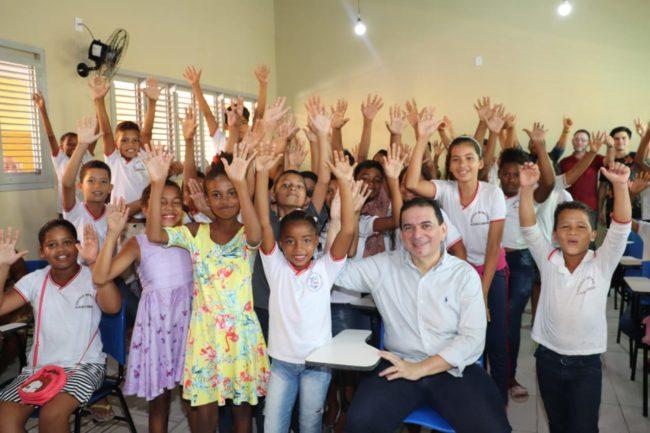 Prefeito Alberto Magno em demonstração de carinho com as crianças da rede municipal de ensino