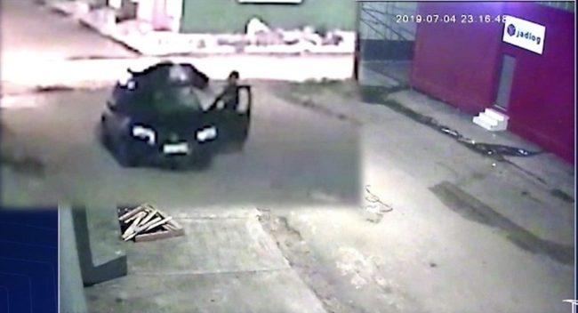 Motociclista que foi arremessado para o teto do carro foi jogado no chão pelo motorista alguns metros do acidente em São Luís