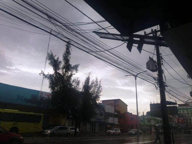 Destroços caíram em cima da fiação elétrica no bairro São Francisco, em São Luís
