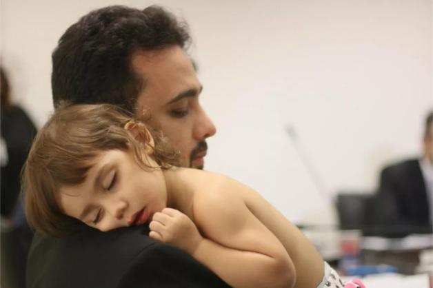 Deputado Yglésio participa de reunião com filha bebê no colo e viraliza