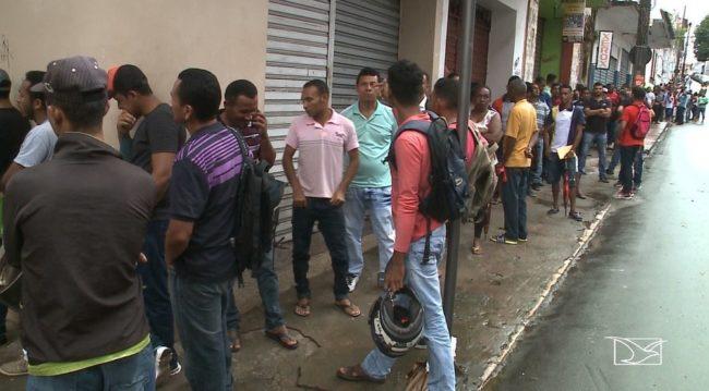 Desempregados madrugam no SINE em busca de trabalho em São Luís