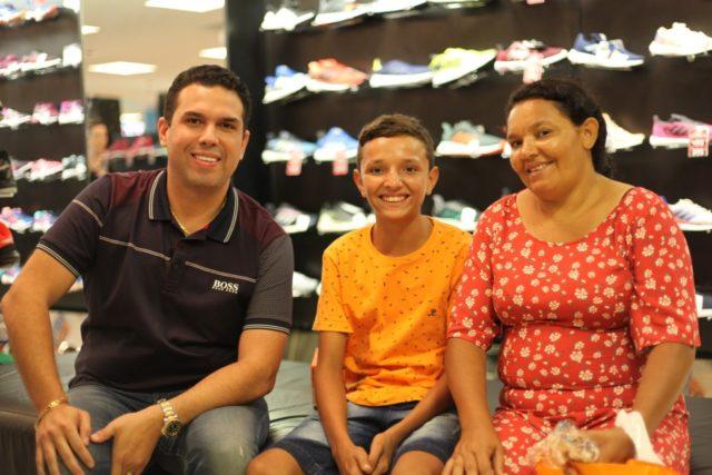 Deputado Fábio Macedo ao lado de Adão e da sua mãe