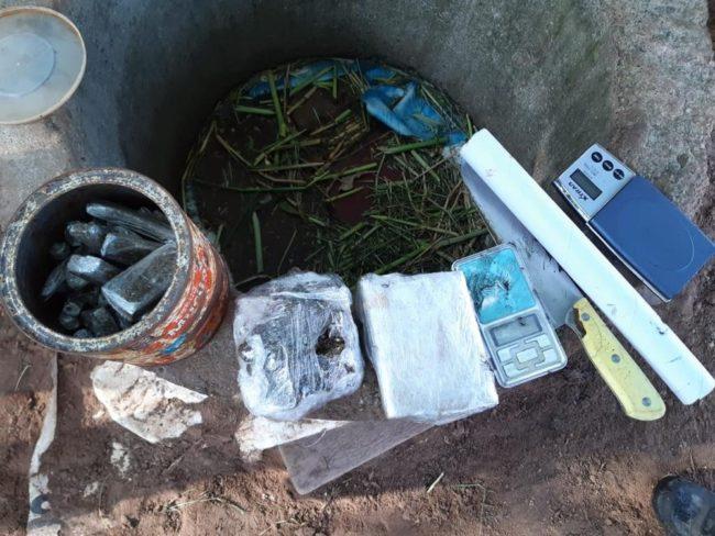 Drogas foram encontradas em uma área de matagal que tem sido utilizada por traficantes da região