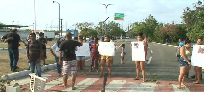 Moradores interditaram Avenida Carlos Cunha com pneus e galhos de árvore