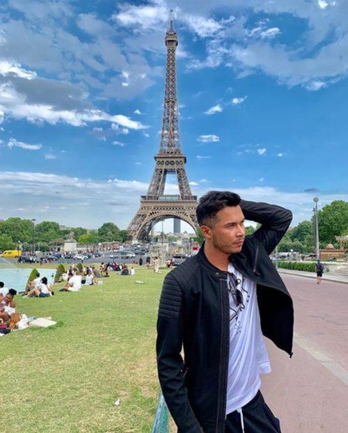 Ronei posa na Torre Eiffel, em Paris