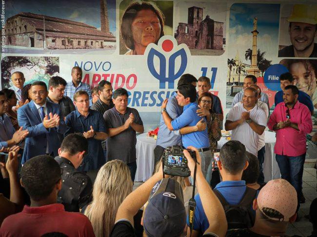 Rubens Jr. na sede do PP em São Luís, recebendo o apoio e abraço do deputado federal Fufuquinha