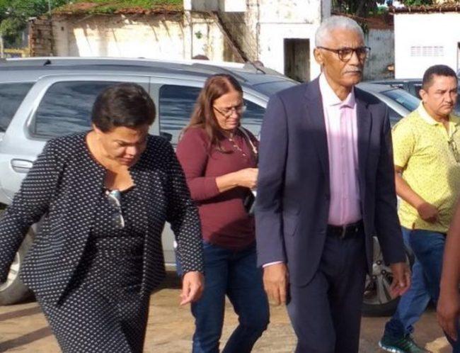 Acompanhado da esposa Núbia, Domingos Dutra chega ao centro administrativo de Paço do Lumiar