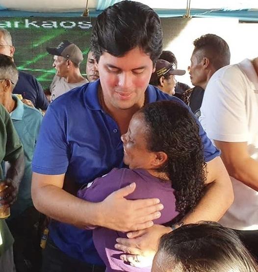 Deputado André Fufuca recebendo o carinho de uma moradora