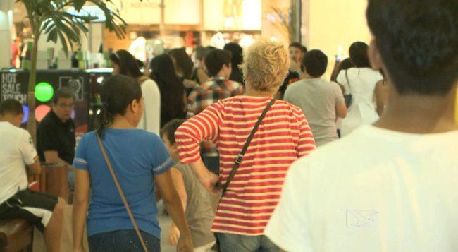 Consumidores fazem compras em shopping de São Luís (MA)