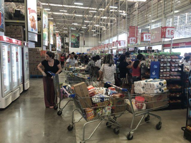 Medo leva população a lotar supermercados