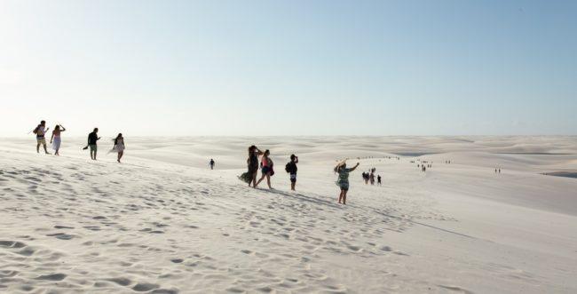 Turistas caminhando pelas dunas: próxima lagoa é objetivo a ser alcançado