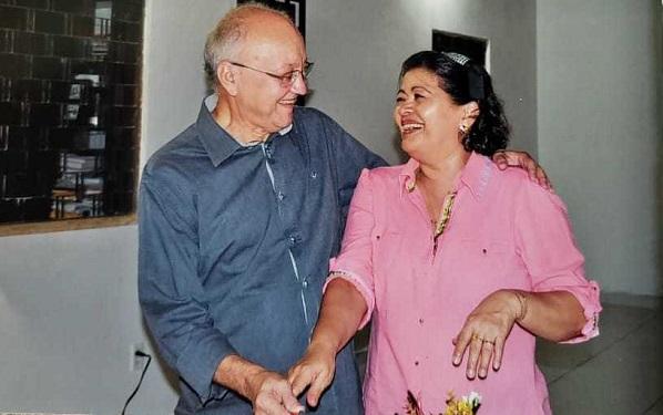 Promotor aposentado Almir Coêlho ao lado da esposa e prefeita Dídima
